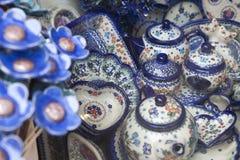 Vajilla de cerámica con un diseño polaco tradicional en una tienda de souvenirs Imagen de archivo