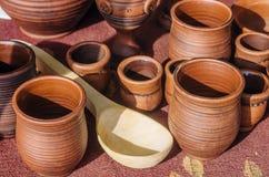 Vajilla de cerámica y cuchara de madera Fotografía de archivo