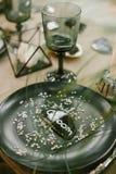 Vajilla de la boda con la tarjeta de presentación, vidrio Fotos de archivo