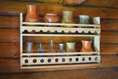 Vajilla en un estante de madera en una casa Foto de archivo