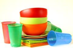 Vajilla plástico coloreado (tazas, cuencos) Fotos de archivo libres de regalías