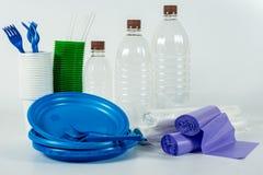 Vajilla plástico multicolor aislado en blanco imagen de archivo libre de regalías