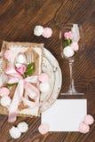 Vajilla y cubiertos con las rosas rosas claras hinchadas Imagen de archivo