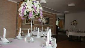 Vajilla y decoración de ramos de flores para el banquete de boda almacen de video