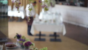 Vajilla y decoración de ramos de flores para el banquete de boda almacen de metraje de vídeo