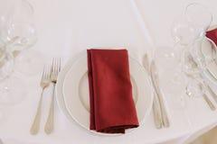 Vajilla y servilleta roja Detalles preciosos de la boda foto de archivo