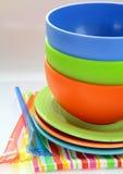 Vajilla y servilletas plásticos coloridos Foto de archivo