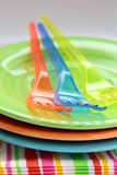 Vajilla y servilletas plásticos coloridos Fotografía de archivo