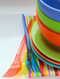 Vajilla y servilletas plásticos coloridos Imagen de archivo