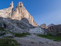 Vajolet在日落, Rosengarten,白云岩,意大利的山小屋 免版税库存照片