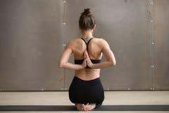 Vajrasana姿势的,在后面后的Namaste,演播室少妇 免版税库存照片