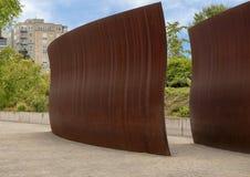 `-Vak` av Richard Serra, olympisk skulptur parkerar, Seattle, Washington, Förenta staterna royaltyfri foto