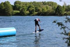 Vak-boarder nästan handlag ner på det Cergy vattennöjesfältet, Frankrike royaltyfri fotografi