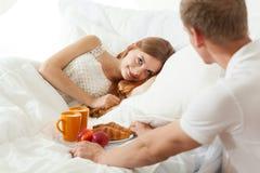 Vak upp med frukosten i säng royaltyfria foton