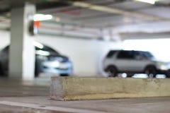 Vakant parkeringsplats och konkret hjulstopp royaltyfria bilder