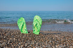 Vakantie bij de kust - wipschakelaars op strand royalty-vrije stock foto's