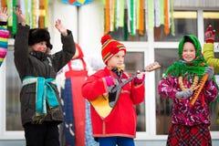 Vakantie Carnaval De wintersneeuw Kinderen met donuts Wij zien de winter De prestaties van kinderen bij een overleg royalty-vrije stock fotografie
