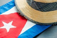 Vakantie in Cuba, Hoed en nationale vlag royalty-vrije stock afbeelding