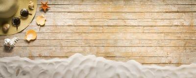 Vakantie, de zomerbanner, toebehoren op oude houten plank Royalty-vrije Stock Afbeeldingen