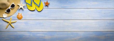 Vakantie, de zomerbanner, toebehoren op oude houten plank Stock Foto's