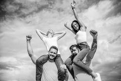 Vakantie en hobby Bezoek beroemd festival tijdens vakantie Rockfestival Voel vrijheid Dansende paren Vrienden stock afbeeldingen