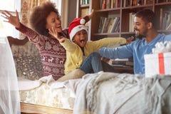 Vakantie en vieringsconcept - de Gelukkige Afrikaanse Amerikaanse familie viert Kerstmis royalty-vrije stock afbeeldingen