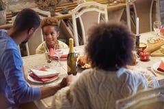 Vakantie en vieringsconcept - gelukkige familie die Kerstmisdiner hebben thuis stock afbeelding