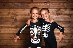 Vakantie Halloween de grappige grappige kinderen van zusterstweelingen in carniva Royalty-vrije Stock Fotografie