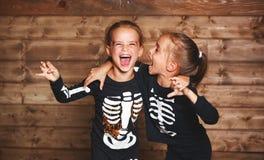Vakantie Halloween de grappige grappige kinderen van zusterstweelingen in carniva Royalty-vrije Stock Afbeelding