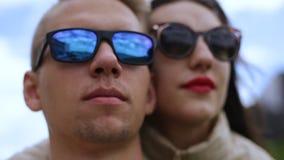 Vakantie, vakantie, liefde en vriendschapsconcept - glimlachend paar die pret over hemelachtergrond hebben stock video