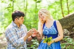 Vakantie, liefde, paar, verhouding en het dateren van concept - romantische man die aan een vrouw in het de zomerpark voorstellen stock afbeeldingen