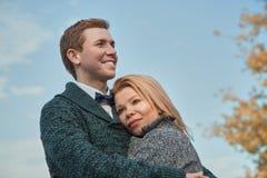 Vakantie, liefde, reis, toerisme, verhouding en het dateren van concept - romantisch paar in het de herfstpark royalty-vrije stock fotografie