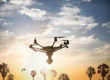Vakantie met een helikopter: een hommel met een camera die op een beauti vliegen stock afbeeldingen