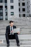 Vakantie op het werk Jonge glimlachende zakenman die computer bekijken Stock Afbeelding