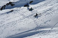 Drie jonge geitjes die in sneeuw spelen Royalty-vrije Stock Afbeelding