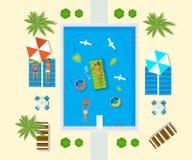 Vakantie op overzees De familie rust in pool bij hotel Stock Afbeeldingen