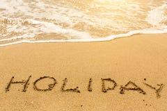 Vakantie - op zandig strand met de zachte golf wordt geschreven die gelukkig Royalty-vrije Stock Afbeeldingen
