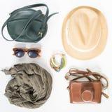 Vakantie, reisachtergrond Groene dwarszak, strohoed, retro bruine zonnebril, grijze sjaal, retro camera, bochoarmband Vlak leg, Royalty-vrije Stock Afbeeldingen