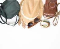 Vakantie, reisachtergrond Groene dwarszak, strohoed, retro bruine zonnebril, retro camera, bohoarmband en oorringen Vlak leg Royalty-vrije Stock Fotografie
