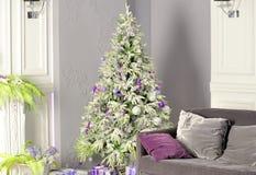 Vakantie verfraaide ruimte met Kerstboom stock afbeelding
