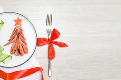vakantie, viering, het concept van de voedselkunst De grappige eetbare Kerstboom maakte van gebraden geroosterde worsten, Ontbijt royalty-vrije stock afbeeldingen