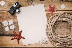 Vakantieachtergrond met document, kabel en een camera Stock Afbeelding