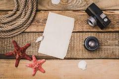 Vakantieachtergrond met document, kabel en een camera Royalty-vrije Stock Foto's