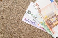 Vakantieconcept, geld op overzees zand, reiskosten Stock Foto