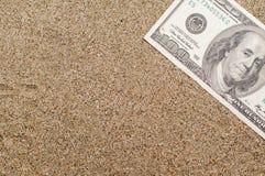 Vakantieconcept, geld op overzees zand, reiskosten Stock Afbeelding