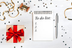 Vakantiedecoratie en notitieboekje met om lijst te doen royalty-vrije stock fotografie