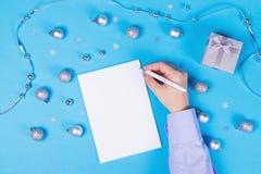 Vakantiedecoratie en notitieboekje op blauwe achtergrond stock fotografie