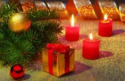 Vakantiedecoratie met giftdozen, Kerstmiskaarsen, boom en kleurrijke Kerstmisballen Selectieve nadruk Stock Foto