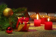 Vakantiedecoratie met giftdozen, Kerstmiskaarsen, boom en kleurrijke Kerstmisballen Selectieve nadruk Royalty-vrije Stock Foto's