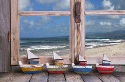 Vakantiedromen - houten venster met overzeese mening stock foto's